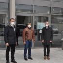 Landrat Heiner Scheffold, Bürgermeister Christopher Eh und der Geschäftsführer Wolfgang Schneider vor dem Ärztehaus